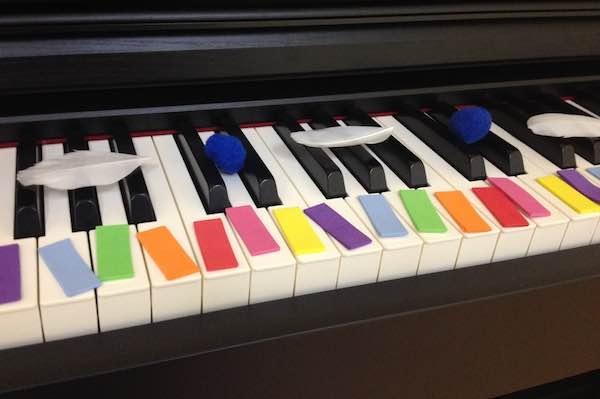 Piano decorado por una niña de 6 años para aprender las notas