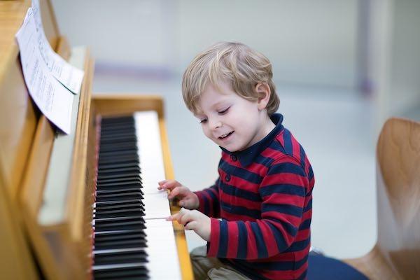 Niño pequeño tocando el piano